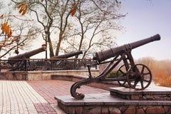 Schwarze alte Kanonen auf Hügel Militärgewehr stockbilder