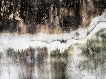Schwarze alte schmutzige Betonmauer mit Sprungslinie lizenzfreie stockfotografie