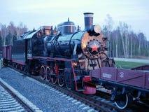 Schwarze alte sowjetische Dampflokomotive im Museum lizenzfreie stockfotos