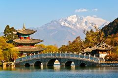Schwarze alte Stadtszene Dragon Pool Park-Lijiangs Lizenzfreie Stockfotos