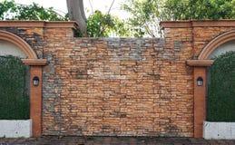 Schwarze alte Weinleselampe auf Backsteinmauer Stockbild