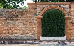 Schwarze alte Weinleselampe auf Backsteinmauer Stockfotografie