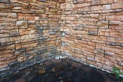 Schwarze alte Weinleselampe auf Backsteinmauer Lizenzfreie Stockfotografie