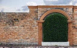 Schwarze alte Weinleselampe auf Backsteinmauer Lizenzfreie Stockfotos
