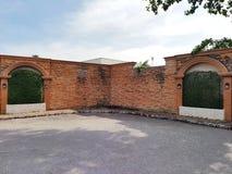 Schwarze alte Weinleselampe auf Backsteinmauer Lizenzfreies Stockbild