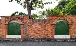 Schwarze alte Weinleselampe auf Backsteinmauer Lizenzfreies Stockfoto