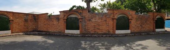 Schwarze alte Weinleselampe auf Backsteinmauer Stockfotos