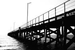 Schwarze Anlegestelle geht zum Meer direkt stockfoto