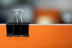 Schwarze Büroklammern im Büro lizenzfreies stockbild