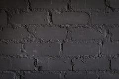 Schwarze Backsteinmauer, städtisches Äußeres, alte verwitterte Oberfläche lizenzfreie stockfotografie