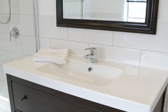 Schwarze Badezimmereitelkeit und -spiegel stockfotografie