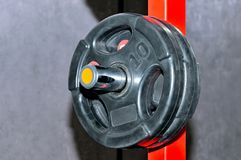 Schwarze Barbellplatten auf rotem Metallgestell Stockfoto