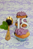 Schwarze Beerenkleine kuchen für einen 18. Jahrestag Stockfotografie
