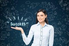 Schwarze behaarte Frau mit einem Erfolgstext Lizenzfreies Stockfoto
