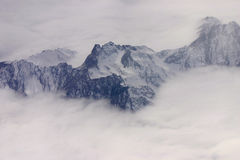 Schwarze Berge im Nebel Stockfotos