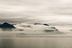 Schwarze Berge im Nebel Stockbilder