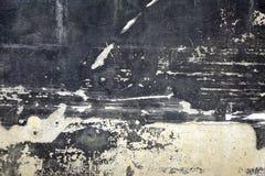 Schwarze Betonmauer mit weißen Stellen und Wrack-Gips-Schicht lizenzfreie stockfotos