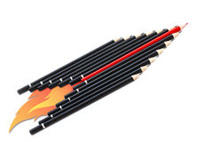 Schwarze Bleistifte mit einem roten in der Mitte Stockfotos