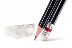 Schwarze Bleistifte und Bleistiftspitzer Lizenzfreie Stockfotografie