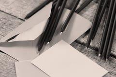 Schwarze Bleistifte und ein Umschlag Lizenzfreie Stockfotografie