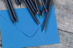 Schwarze Bleistifte und ein Umschlag Lizenzfreie Stockbilder