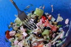 Schwarze Bohnen, sauages und Gemüsesalatabschluß oben Stockfotografie