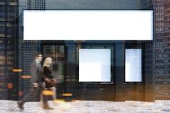 Schwarze Caféfassade mit einem Plakat, Leute Stockbild
