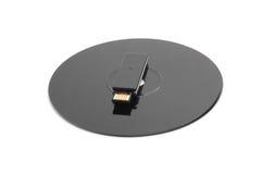 Schwarze CD Digitalschallplatte und schwarzes USB-Laufwerk Stockfotos