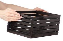 Schwarze dekorative Holzkiste in der Hand Stockfotografie