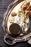 Schwarze des Kaviars Dose herein, Toast des frischen Brotes und Champagner lizenzfreie stockfotos