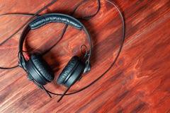 Schwarze DJ-Kopfhörer auf einem Holztisch lizenzfreies stockfoto