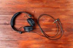 Schwarze DJ-Kopfhörer auf einem Holztisch stockbilder