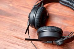 Schwarze DJ-Kopfhörer auf einem Holztisch lizenzfreie stockfotografie