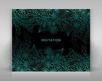 Schwarze Einladung mit blauer Blumendekoration Stockbilder