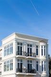 Schwarze Eisen-Geländer auf weißen Gips-Eigentumswohnungen Stockbild