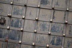 Schwarze Eisen-Tür-Beschaffenheit mit durch Hintergrund Lizenzfreie Stockbilder