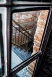 schwarze Eisentreppenhausbacksteinmauer, kreativer Raum Dachbodenbüro Coworking Ansicht durch Glastür lizenzfreie stockfotos