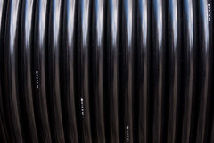 Schwarze elektrische Leitung in der Bandspule Stockfotos