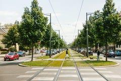 Schwarze Ethniemann-Überfahrtstraßen mitten in Eisenbahn tra Stockfoto