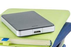 Schwarze externe Festplatte auf Stapel des Tagebuchs Lizenzfreies Stockbild