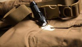Schwarze Fackel und Schnalle auf braunem Gewebe stockfotografie