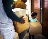 Schwarze Familie, die auf ihr neues Haus einzieht lizenzfreies stockbild