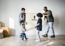 Schwarze Familie, die auf neues Haus sich bewegt stockbilder