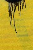 Schwarze Farbe auf gelbem Hintergrund Lizenzfreie Stockfotografie