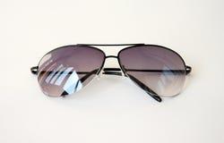 Schwarze Farbe der Menâs Sonnenbrillen Stockfotografie