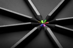 Schwarze, farbige Bleistifte, auf schwarzem Hintergrund Lizenzfreies Stockbild