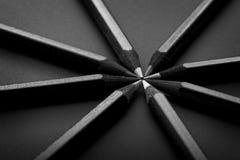 Schwarze, farbige Bleistifte, auf schwarzem Hintergrund Stockfoto