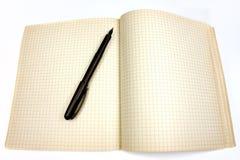 Schwarze Feder und Notizbuch Stockfotos