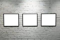 Schwarze Felder auf weißer Backsteinmauer 2 Stockfotos