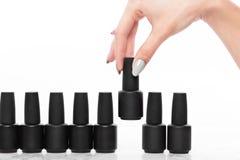 Schwarze Flaschen Nagellack auf einem weißen Hintergrund Manik?redesign stockfoto